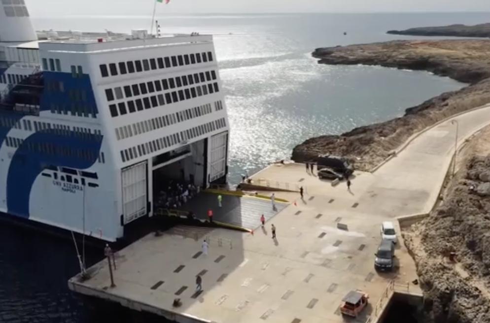 Lampedusa, migranti trasferiti su nave quarantena