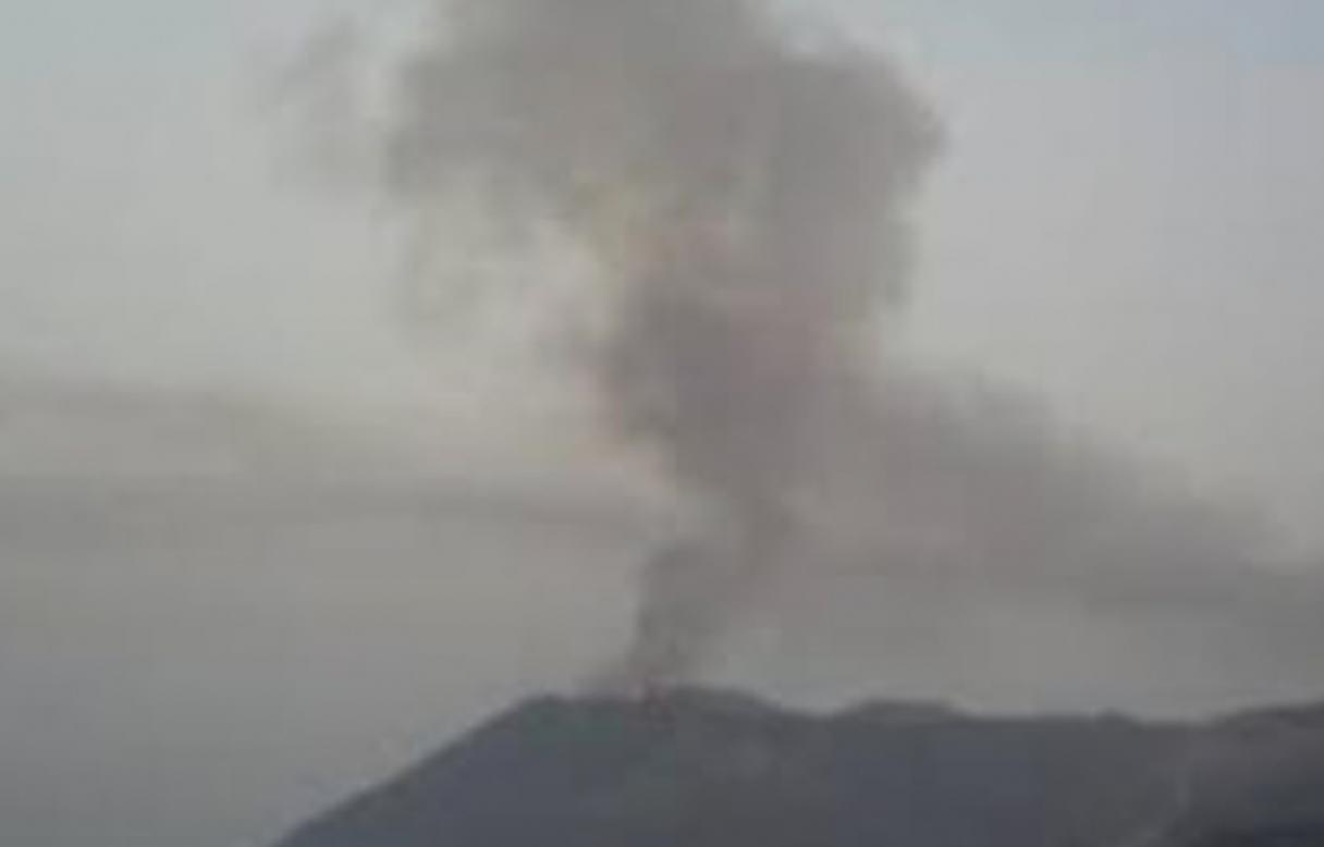 Vulcano, fumo dal cratere: massi sulla strada che conduce al porto
