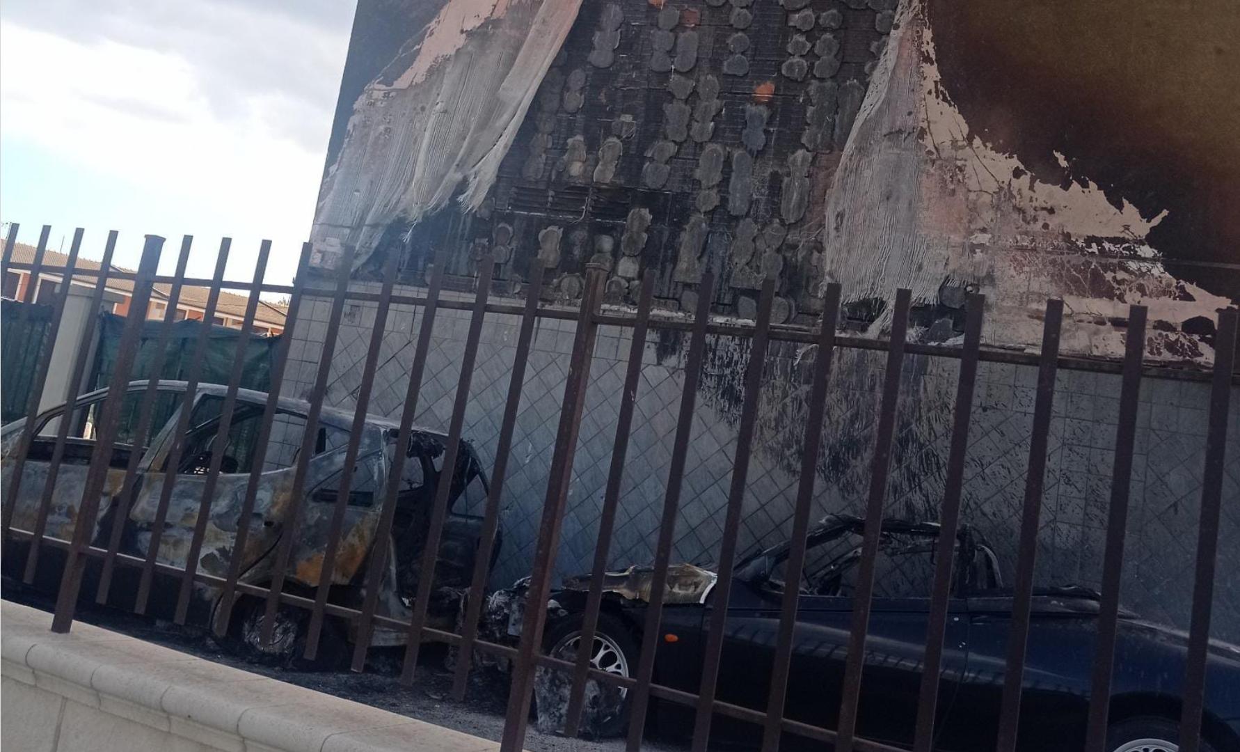 Floridia, in fiamme due auto nel cortile di un condominio