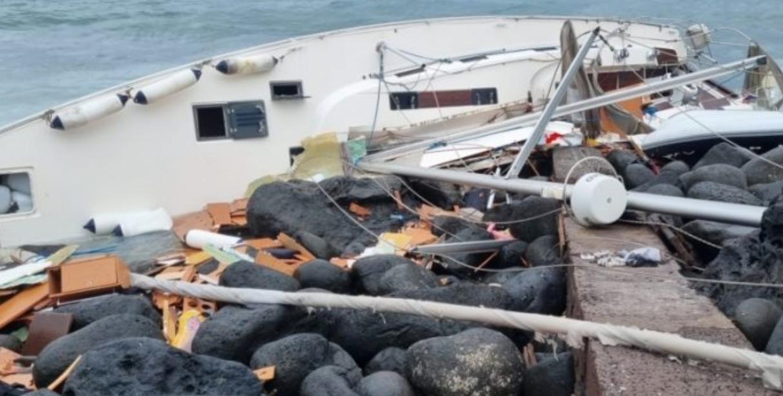 Soccorsi 84 migranti ad Acitrezza la loro barca si era incagliata sugli scogli