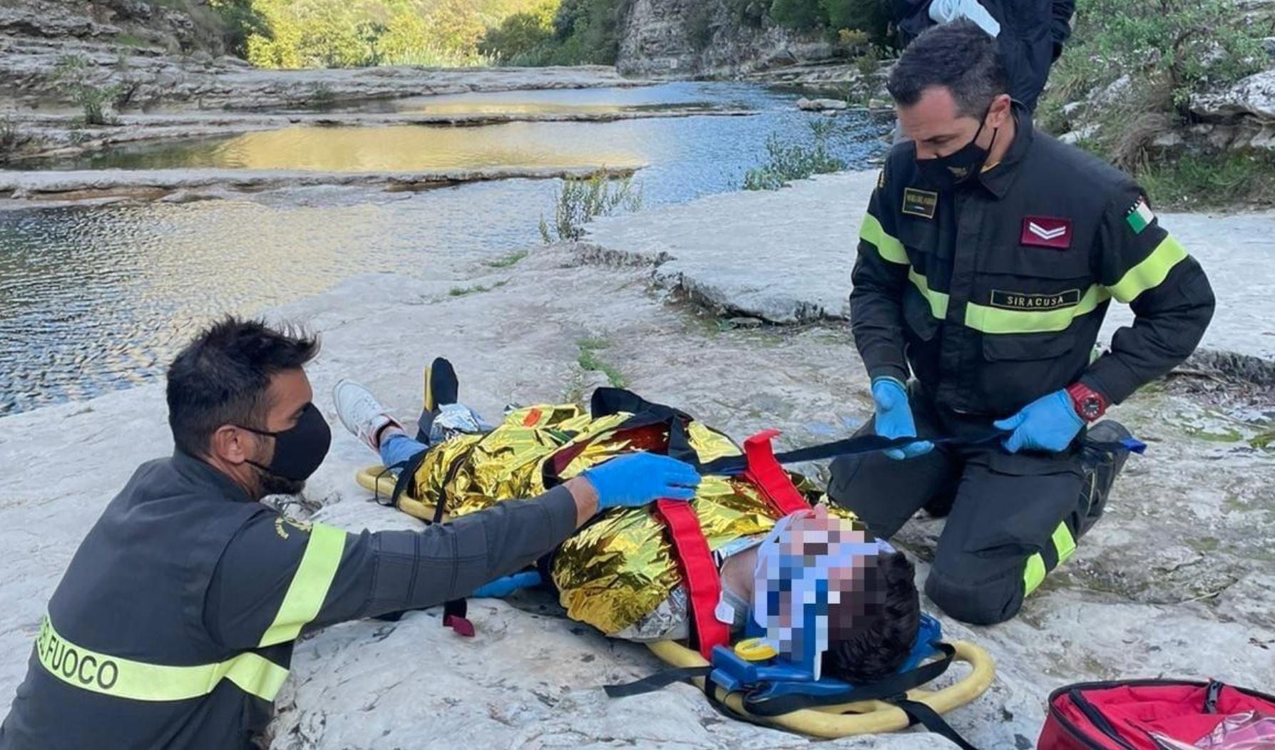 Turista cade ai Laghetti di Avola: soccorso da elicottero dei pompieri