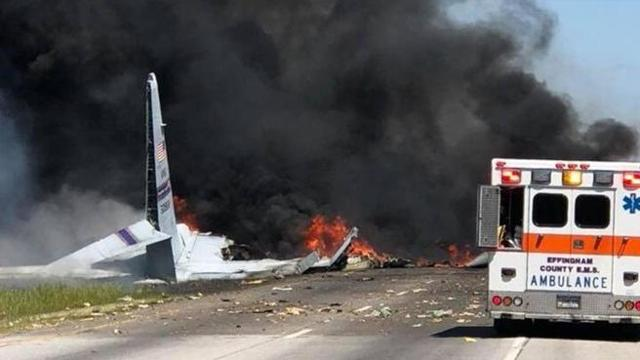 Aereo militare precipita su una autostrada: ci sono morti