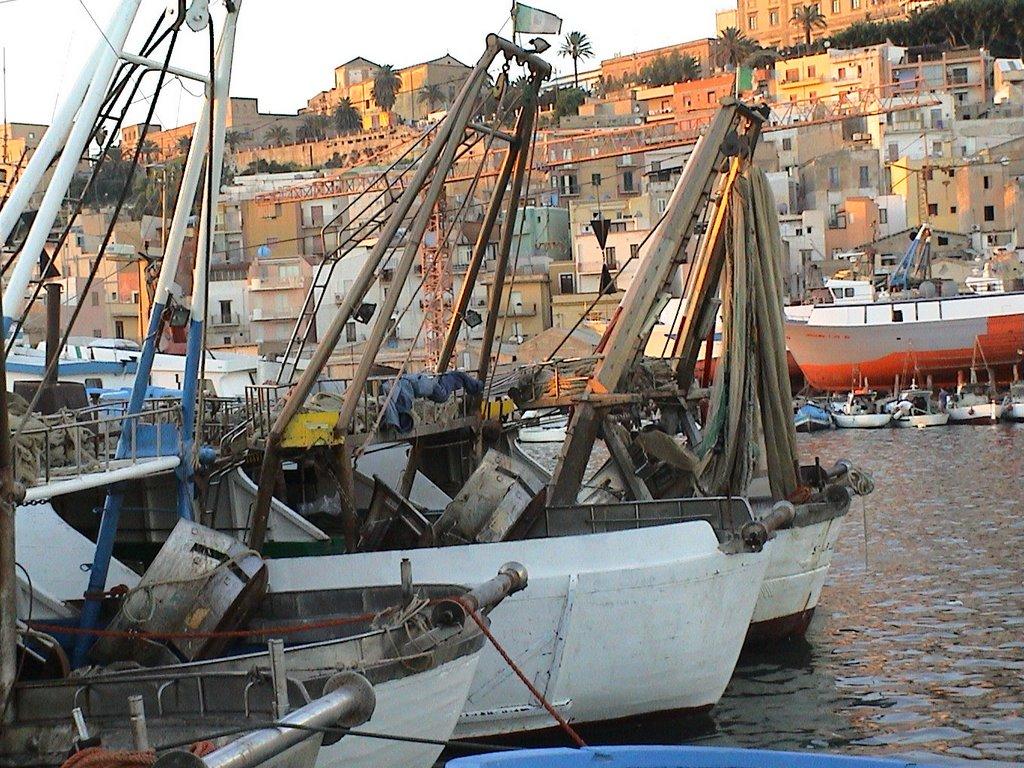 Sciacca, tre barche riprendono l'attività di pesca