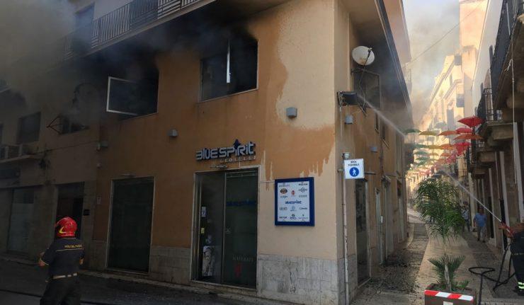 Incendio sopra un'orologeria di Sciacca: il titolare riesce a salvarsi