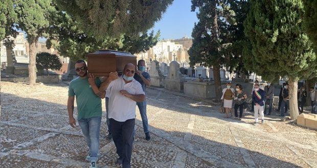 Rientrata a Noto la salma di Emanule Scieri: il parà sepolto accanto al papà