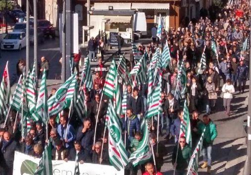 A Gela sciopero generale per l'Eni, in piazza lavoratori e studenti