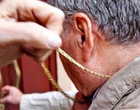 Palermo, scippa collana d'oro a un turista ultrasettantenne: arrestato