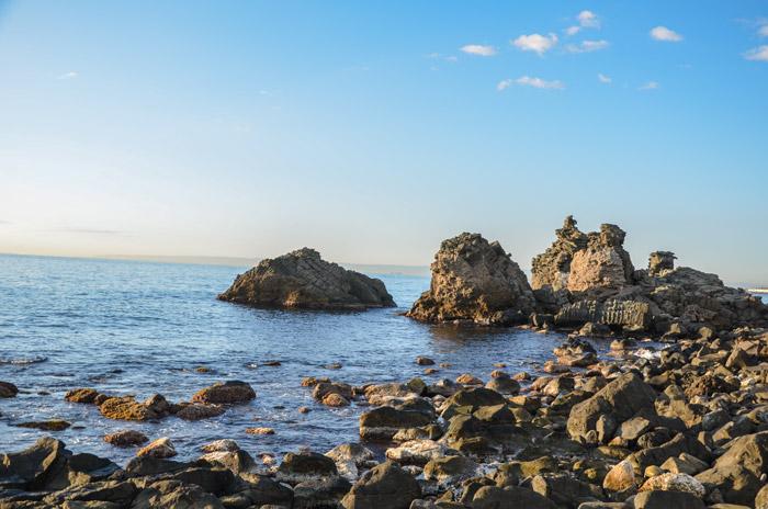 Cadavere trovato tra gli scogli di Aci Castello: per i carabinieri non è omicidio