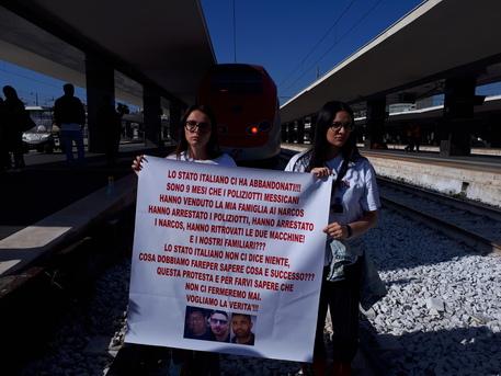 Tre napoletani scomparsi in Messico, la famiglia occupa i binari del treno