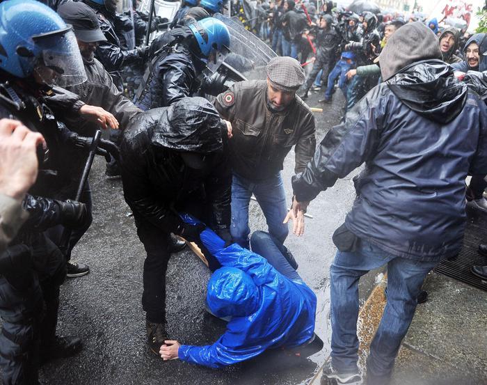 Scontri a Torino coi Centri sociali al corteo del 1° Maggio