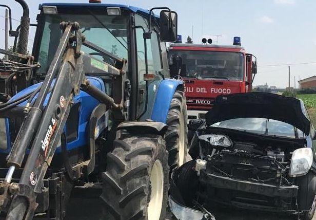 Scontro sulla Cassibile - Floridia tra un trattore e un'auto: un ferito
