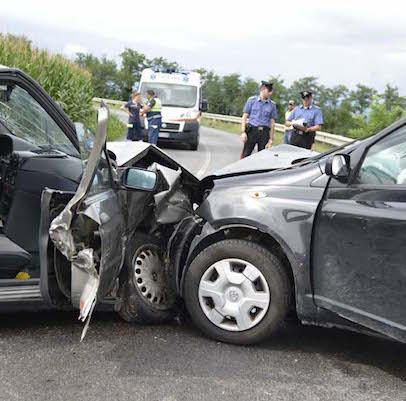 Tragedia a Bari, scontro frontale tra due auto: due morti