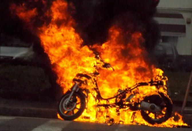 Siracusa, in fiamme nella notte uno scooter in via Luigi Spagna
