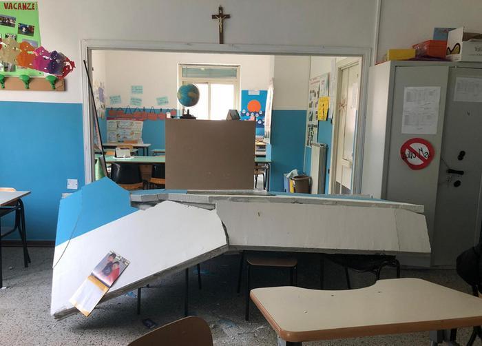 Crolla parete di una scuola nel Napoletano, maestra incinta ferita