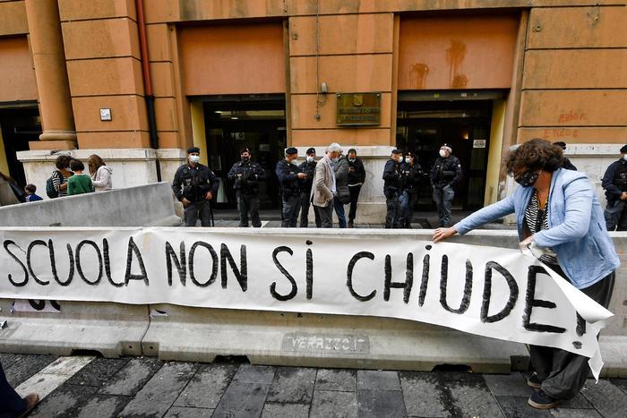 """La protesta delle mamme di Napoli: """"No alla chiusura delle scuole"""""""