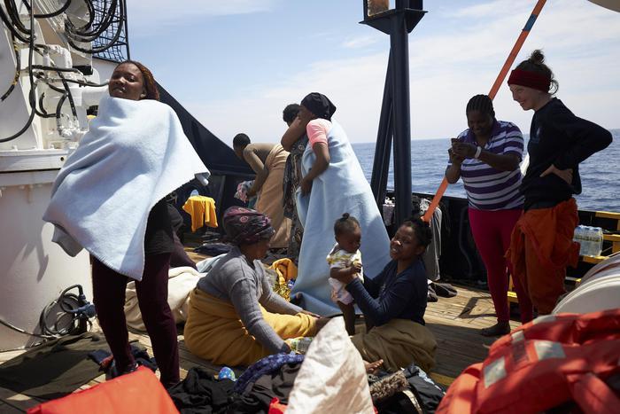 Migranti, due mamme e due bimbi possono sbarcare a Lampedusa, ma loro rifiutano