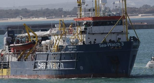 Sea Watch 3 autorizzata a gettare l'ancora a un miglio da Lampedusa