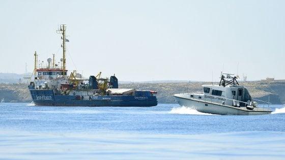Sea Watch ferma nel porto di Lampedusa, Salvini chiede l'arresto dell'equipaggio