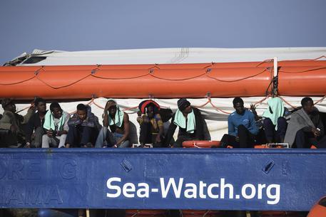 La Procura dissequestra la nave Sea Watch, Salvini: politica buonista