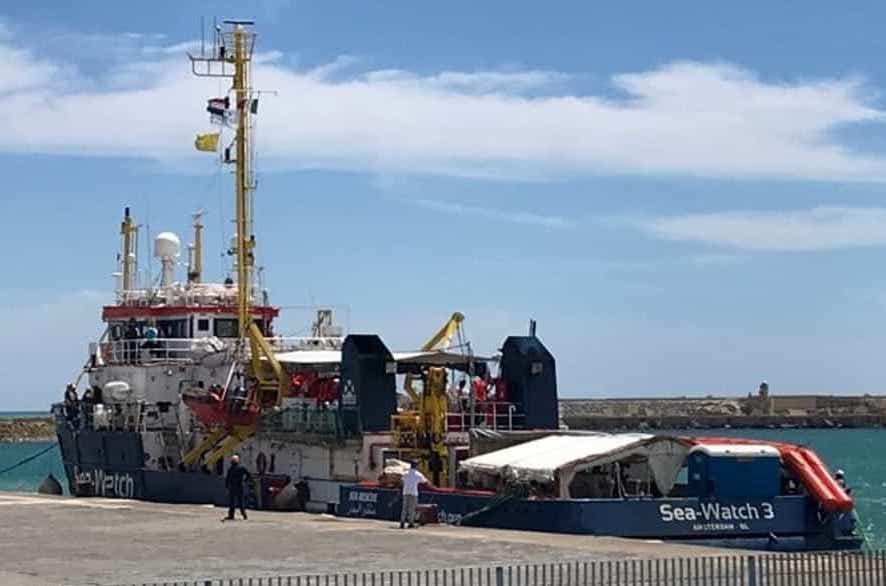 La Sea Watch dell'Ong molla gli ormeggi e lascia il porto di Licata