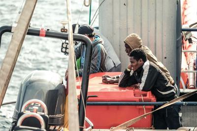 La Sea Watch con 65 migranti a 15 miglia da Lampedusa: equipaggio diffidato