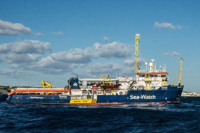 Sea Watch a 500 metri dalla banchina di Lampedusa, ma la Finanza la blocca