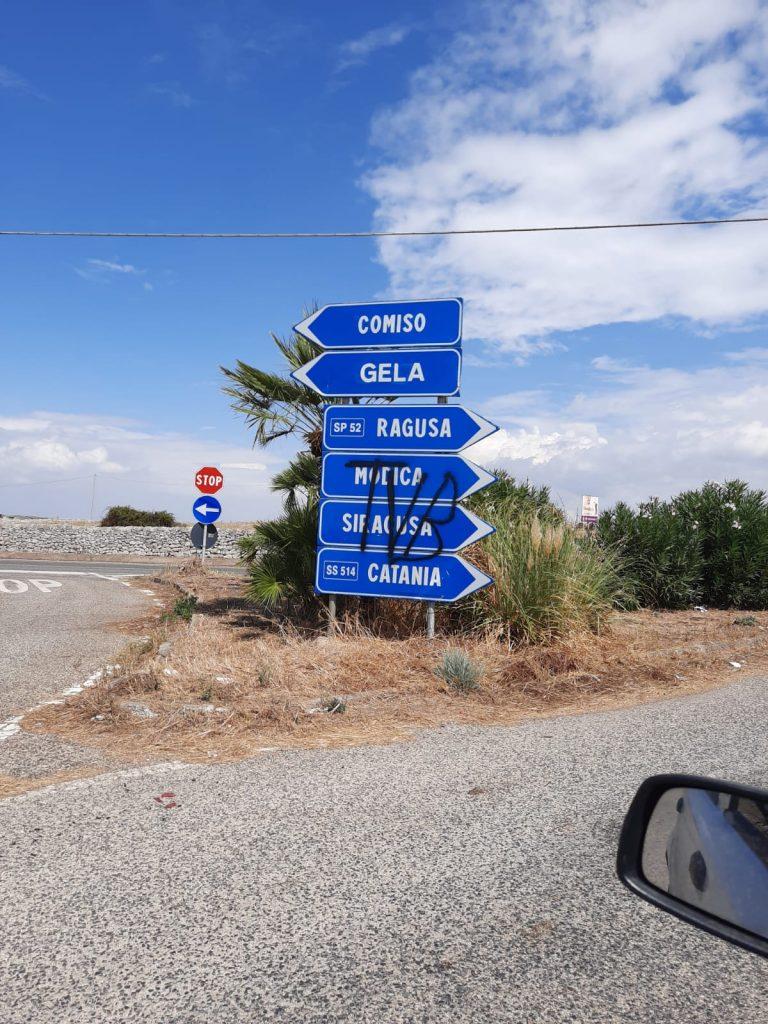 Innamorato deluso imbratta segnaletica stradale nel Ragusano