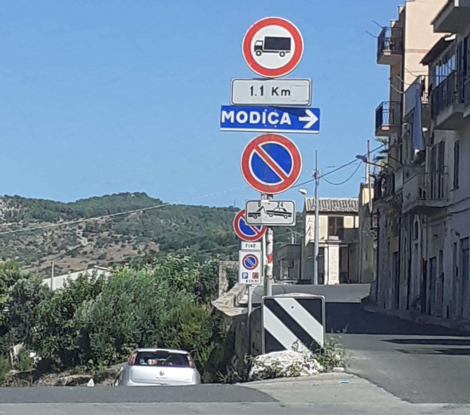 Scicli: segnaletica  vecchia, confusionaria e imprecisa in direzione Modica