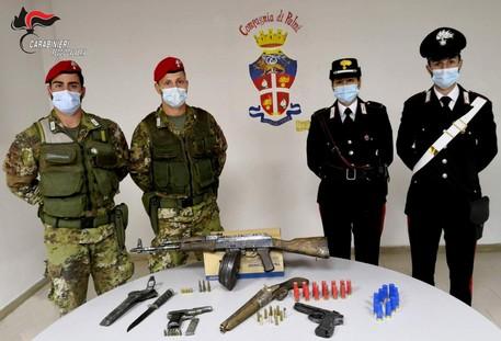 Nascondevano arsenale in casa, arrestati padre e figlio a Seminara