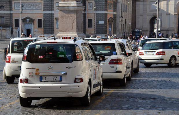 Sequestrate auto e patenti a due tassisti abusivi a Palermo
