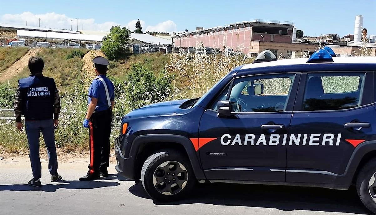 Caltagirone, sequestrata un'area con rifiuti speciali: un denunciato