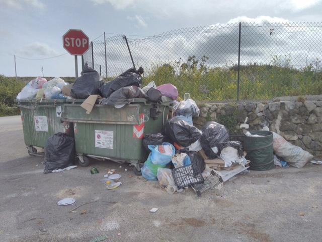 Siracusa, a Serramendola i cassonetti traboccano di rifiuti