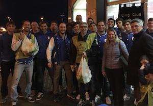Siracusa, i pallanuotisti della 7 Scogli dopo la partita raccolgono alimenti per i poveri