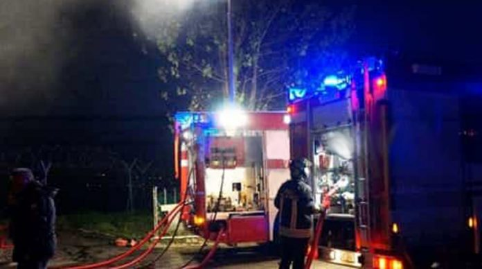 Incendio distrugge un capannone a Gela, indagini su origini del rogo
