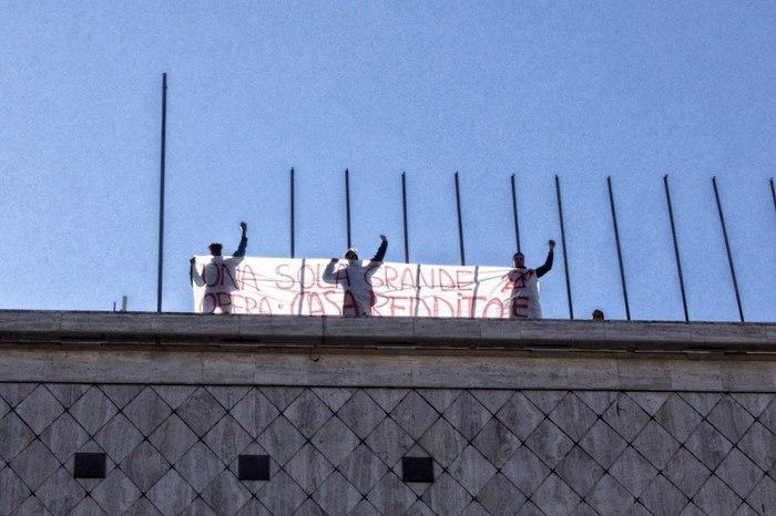 Salgono sul tetto del Municipio di Cosenza per dire no allo sgombero di 50 persone