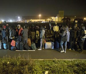 Calais, cominciato lo sgombero della 'giungla'