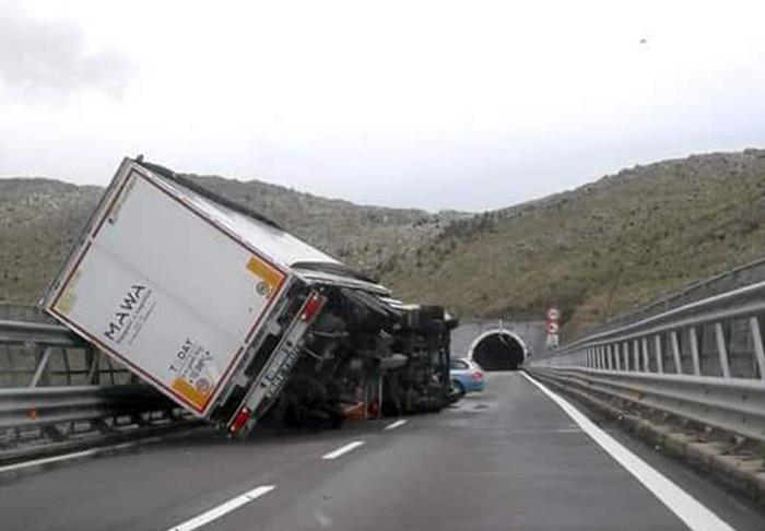 Maltempo, si ribaltano due mezzi pesanti tra Sibari e Morano per il vento