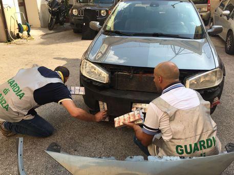 Contrabbando, sigarette nascoste in otto doppifondi di auto nel Casertano