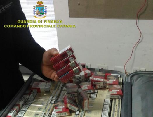 Contrabbando, a Catania con 16 chili di sigarette nascoste nel bagaglio