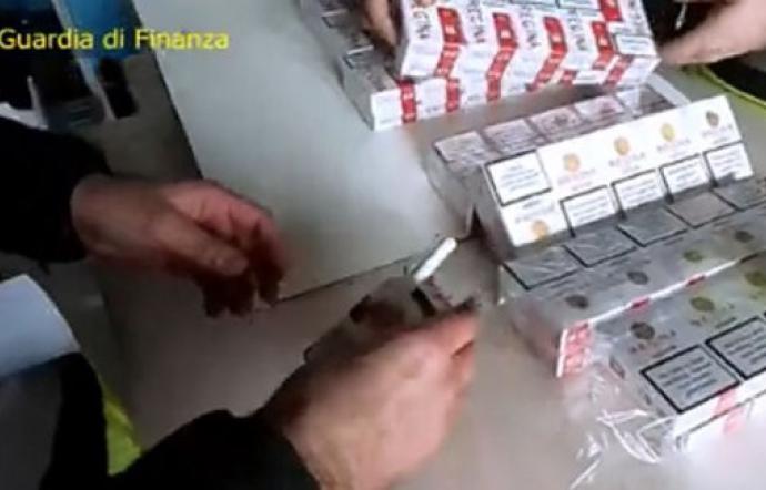 Vende a Palermo sigarette di contrabbando col reddito di cittadinanza: denunciato
