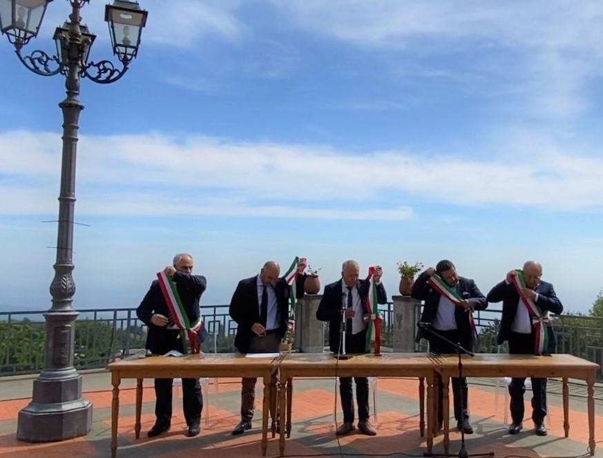 "Etna, emergenza cenere: i cinque sindaci ""Vulcanici"" rinunciano alla fascia tricolore"
