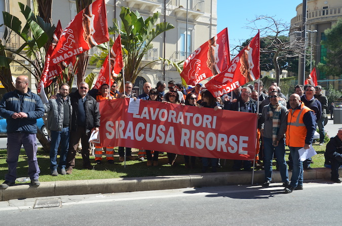 """Senza stipendio da mesi"", sit in dei dipendenti di Siracusa Risorse"