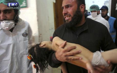 Siria, Assad bombarda i ribelli con il gas:  58 morti