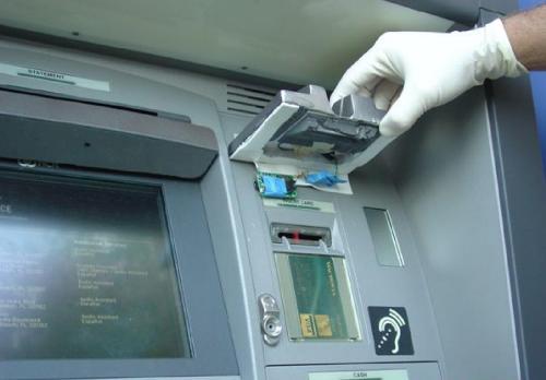 Siracusa, manomesso un bancomat: c'era un microtelecamere per copiare il pin