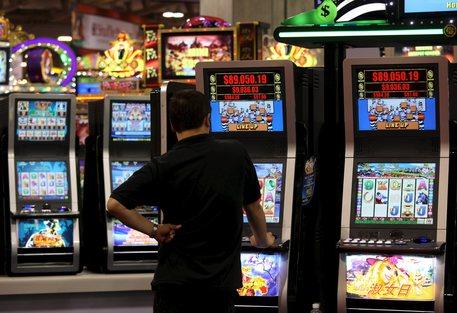 Giocavano alle slot machine in orario di lavoro, 13 dipendenti Asp di Reggio Calabria indagati