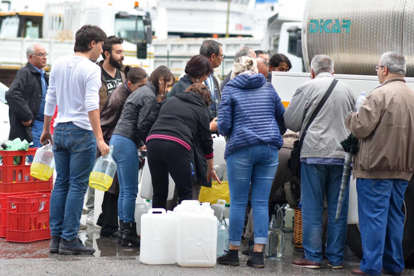 Messina, fuoco brucia condutture: si teme emergenza acqua