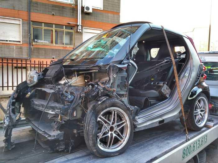 Bari, 17enne alla guida di una Smart si schianta: quattro feriti, uno è grave
