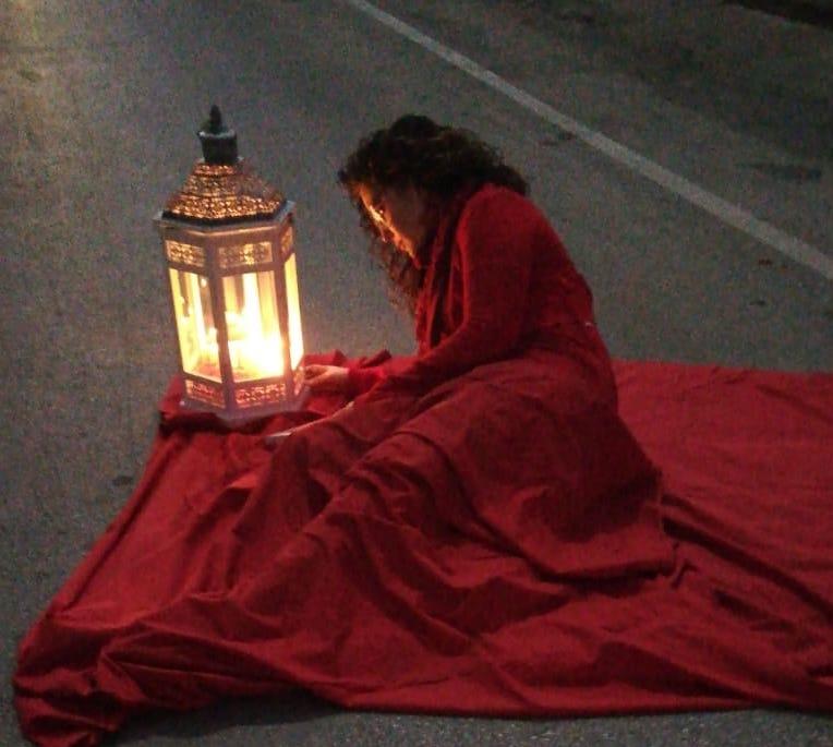 Solarino, vestita di rosso in pieno centro per dire no alla violenza VIDEO