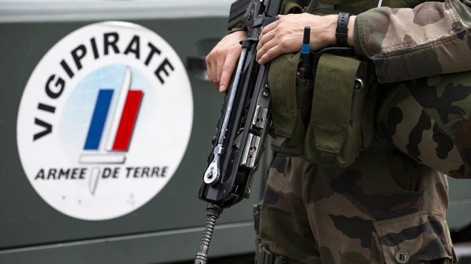 Francia, soldato aggredito da uomo col coltello: non è ferito