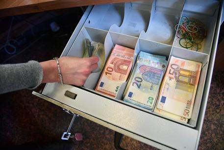 Si impossessa dei soldi dei clienti, arrestato direttore delle Poste nel Catanzarese